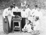 roc wkm klein jugendliche mit grammophon indonesien